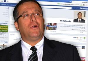 אלי דוקורסקי על רקע הפייסבוק (עיבוד מחשב)