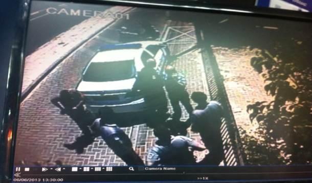 שוטרים ופקחים שהגיעו לבית העסק של אלבז לאחר שתלה שלט במקום (צילום מתוך מצלמות האבטחה)