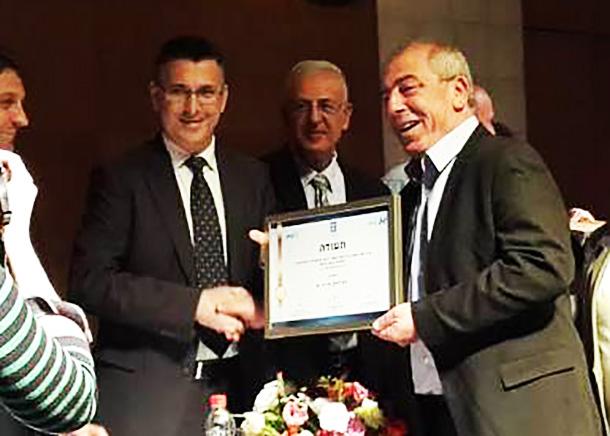 מימין: ראש עיריית קרית ים דוד אבן צור ושר הפנים גדעון סער (צילום ארכיון)
